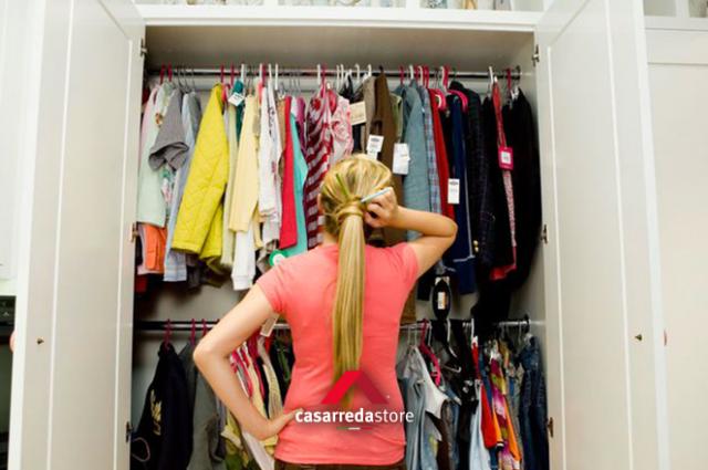 Pulire e riordinare l'armadio dopo le vacanze: come fare